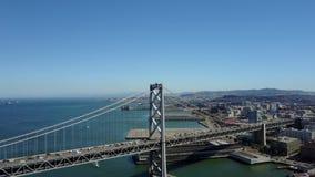 Aturdindo a vista 4k aérea na arquitetura do centro urbana moderna do arranha-céus de San Francisco pela skyline do seascape do o filme