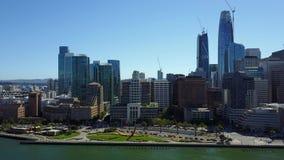 Aturdindo a vista 4k aérea na arquitetura do centro urbana moderna do arranha-céus de San Francisco pelo seascape da skyline do o filme