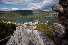 Aturdindo a vista Ston, a entrada à península Peljesac, Croácia foto de stock