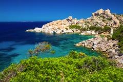 Aturdir la costa costa de Cerdeña con las rocas y agua clara azul, Costa Smeralda, Cerdeña, Italia foto de archivo