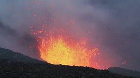 Aturdir la erupción volcánica en cráter del volcán activo almacen de video