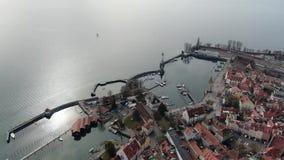 Aturdir la opinión aérea sobre la ciudad de Lindau, los muelles y las montañas, 4k almacen de video