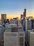 Aturdir la vista aérea del paisaje urbano de Chicago en la puesta del sol imagen de archivo libre de regalías