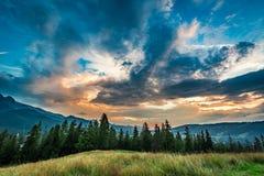 Aturdir las montañas de Tatra en la opinión de la oscuridad de Zakopane Imagen de archivo