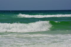Aturdir las ondas que se estrellan en Emerald Coast Fotos de archivo libres de regalías