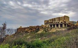 Aturdir paisaje de la naturaleza maltesa Qarraba entre la bahía Riviera de la bahía de Gnejna y del tuffieha de Ghajn, TA Lippija imagen de archivo