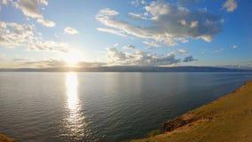 Aturdir paisaje en el lago Baikal en la puesta del sol Tiro a?reo almacen de video