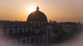 Aturdir puesta del sol en la iglesia de la aguja fotografía de archivo