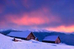 Aturdir puesta del sol en un pueblo de montaña fotografía de archivo