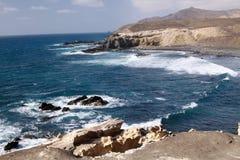 Aturdir punto de vista natural con los acantilados que sorprenden y el mar agitado azul en la costa del noroeste de Fuerteventura imagen de archivo