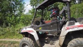 ATV在一条多灰尘的路乘坐 传播的泥 慢的行动 股票视频