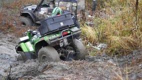 ATV在河附近拉出了肮脏的融雪在一缆绳帮助下,在雪秋天 HD 影视素材