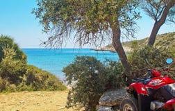 ATV在Thassos,希腊海岛上的海滨停放  吻合风景的看法 免版税库存图片