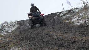 ATV来自下来在一条土路的山在草和雪, HD背景  影视素材