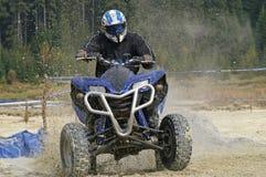 ATV éclaboussant la boue Image stock