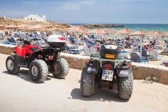 ATV-de tribune van vierlingfietsen dichtbij strand wordt geparkeerd dat Stock Foto