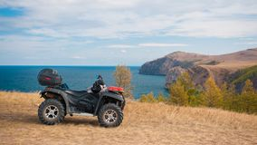 ATV em um litoral rochoso Fotos de Stock Royalty Free