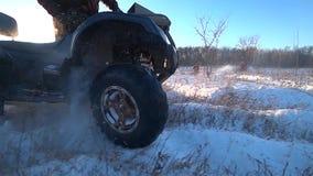 ATV-het berijden in sneeuw backlight snelheid het langzame schieten stock video