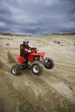 ATV Mitfahrer, der einen Wheelie zieht Lizenzfreie Stockfotos
