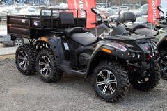 ATV moderno con un remolque para el transporte de mercanc?as est? en el sitio para la inspecci?n fotografía de archivo