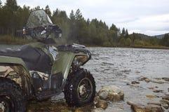 ATV och flod Royaltyfri Fotografi