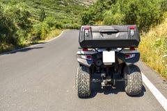 ATV offroad na góry i nieba tle Obrazy Royalty Free