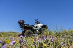 ATV offroad na morza i nieba tle Obraz Stock