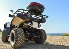 ATV offroad na morza i nieba tle Obrazy Stock