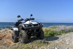 ATV offroad na morza i nieba tle Zdjęcia Royalty Free