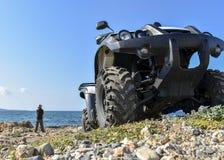 ATV offroad na morza i nieba tle Fotografia Stock