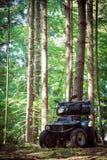 ATV parqueados en el estacionamiento en el buen tiempo del bosque Imagen de archivo