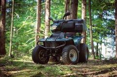 ATV parqueados en el estacionamiento en el buen tiempo del bosque Foto de archivo