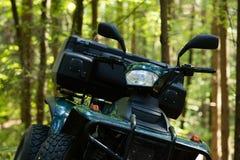 ATV parqueados en el estacionamiento en el buen tiempo del bosque Imagenes de archivo
