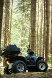 ATV parqueados en el estacionamiento en el buen tiempo del bosque Imagen de archivo libre de regalías