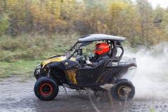 ATV pojazd na drodze gruntowej przez lasu Obraz Royalty Free
