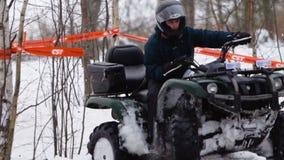ATV-ras in de wintertijd stock video