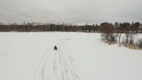 ATV-ras in de wintertijd stock videobeelden