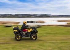 ATV-Reiten an der hohen Geschwindigkeit Lizenzfreies Stockfoto