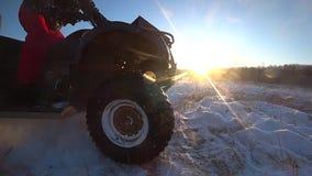 ATV-Reiten im langsamen Schießen der Schneehintergrundbeleuchtungs-Geschwindigkeit stock footage