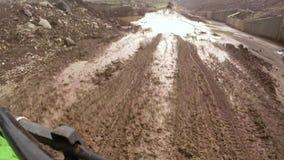 ATV-rit op modderig off-road vuil
