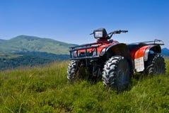 atv rouge sur des montagnes Photo libre de droits