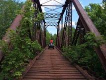 ATV-ruiter op brug stock afbeelding