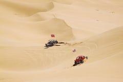 ATV-ruiters in de enorme woestijn Royalty-vrije Stock Fotografie