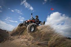 ATV sulla duna di sabbia erbosa Immagini Stock Libere da Diritti