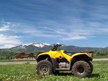 ATV sur le fond de montagne Photographie stock libre de droits