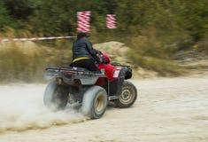 ATV surmonte la voie Photos libres de droits