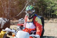 ATV wyczyny kaskaderscy w stroju, hełma i okularów przeciwsłonecznych spojrzeniach, Zdjęcia Stock
