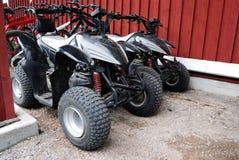 2 ATVs внешнее около дома Стоковое Изображение