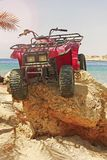 ATVs на утесе на пляже моря Стоковое Изображение