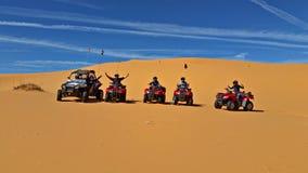 在ATVs的珊瑚桃红色沙丘 库存照片